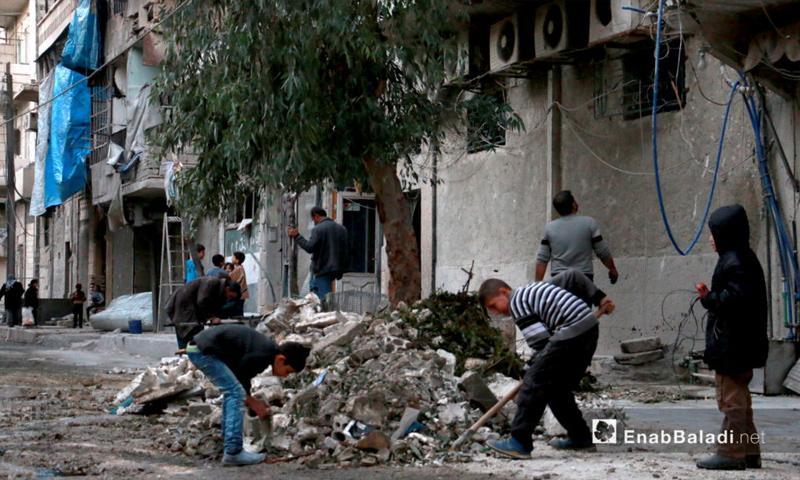أطفال ينظفّون ركام القصف في حي الشعار بحلب - 17 تشرين الثاني 2016 (عنب بلدي)