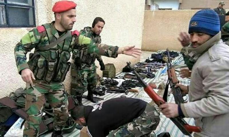 صورة نشرها موالون للنظام السوري على أنها لتسليم مقاتلين من الديرخبية أسلحتهم في الفرقة الرابعة - 17 كانون الأول 2016 (تويتر)