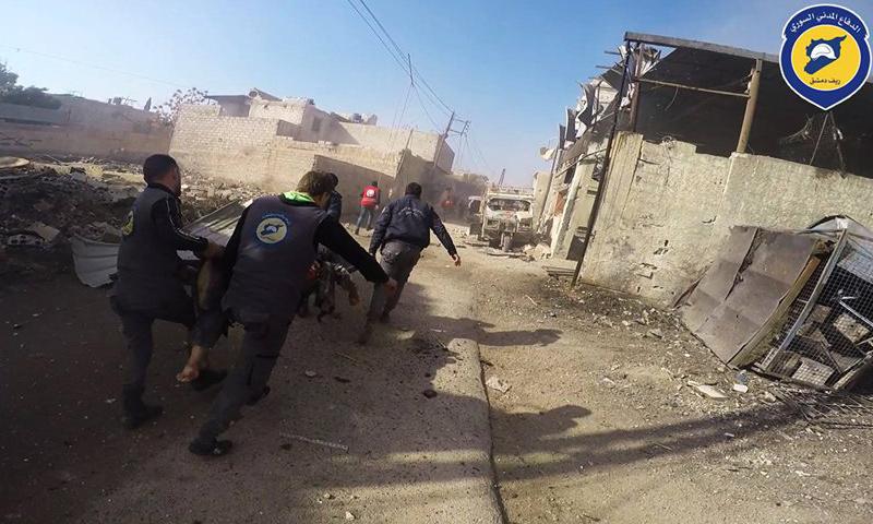 فرقة من الدفاع المدني تسعف أحد العناصر في مدينة دوما_11 كانون الأول_(الدفاع المدني)