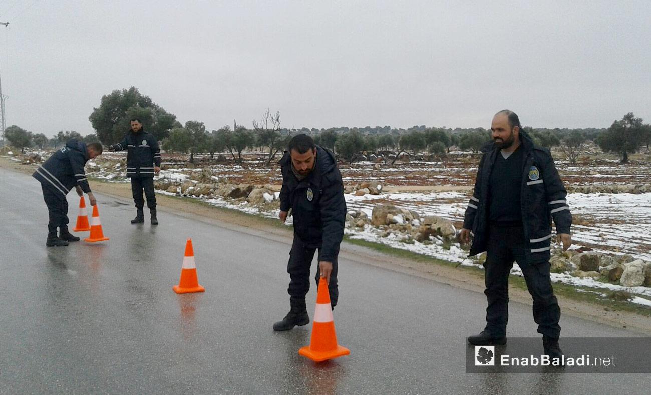 رجال شرطة ينظّمون السير في محافظة حلب - 2016 (عنب بلدي)