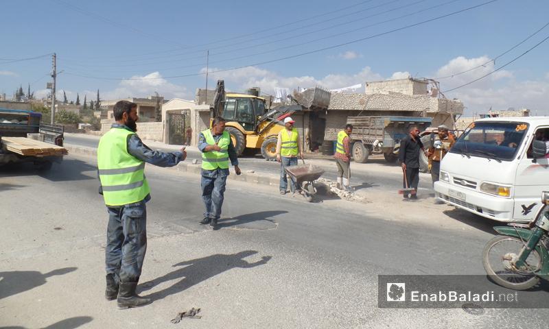 رجال الشرطة الحرة أثناء تنفيذ إحدى المشاريع في ريف إدلب - كانون الأول 2016 (عنب بلدي)