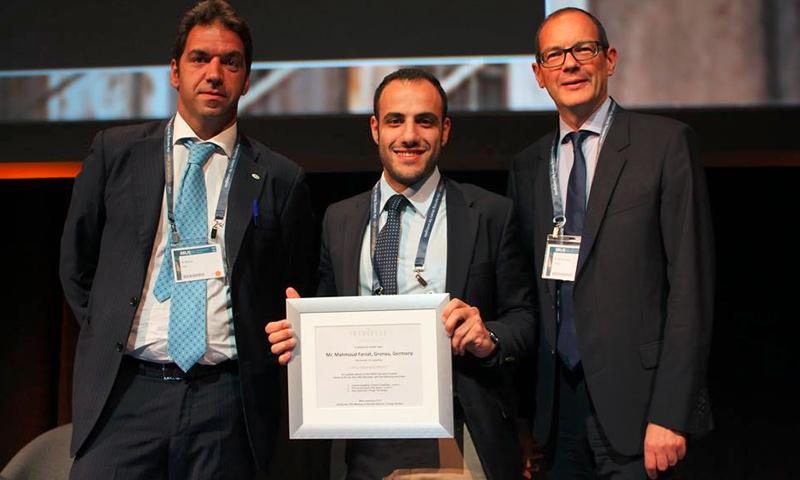 الطبيب السوري الشاب، محمود فرزات(منتصف الصورة) خلال تكريمه من قبل الجمعية الأوروبية لجراحة المسالك البولية - 16 كانون الأول 2016 (فيس بوك)
