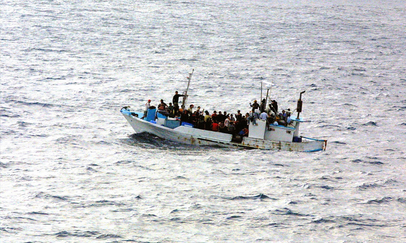 تعبيرية: لاجئون داخل إحدى القوارب في البحر المتوسط (إنترنت)