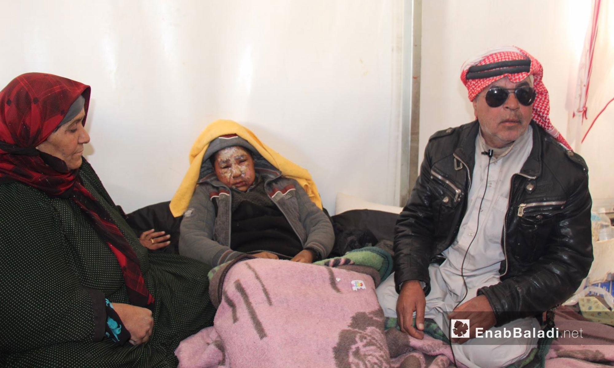 عائلة عراقية لاجئة في مركز استقبال مؤقت في إعزار بريف حلب الشمالي - كانون الأول 2016 (عنب بلدي)
