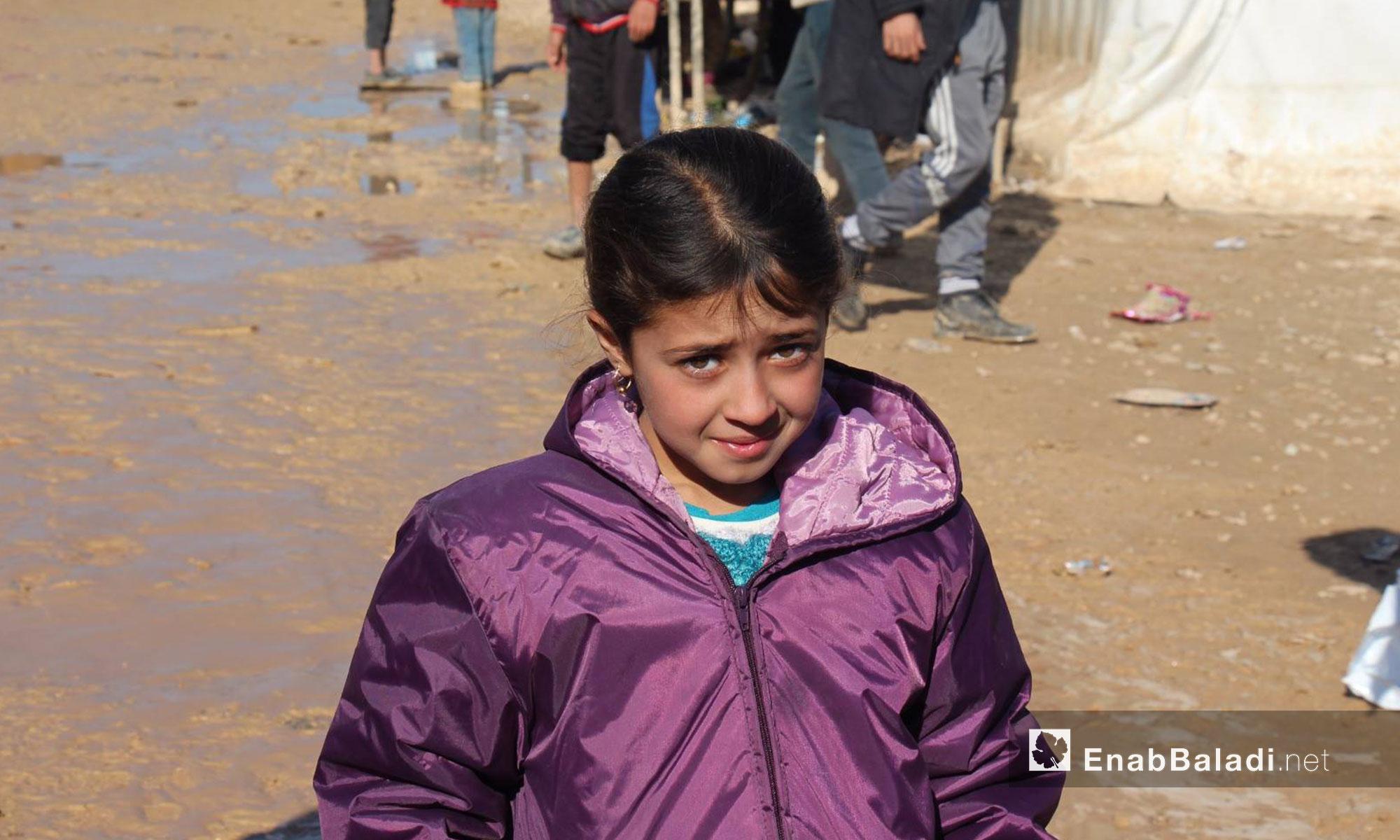 طفلة عراقية لاجئة في مركز استقبال مؤقت في إعزار بريف حلب الشمالي - كانون الأول 2016 (عنب بلدي)