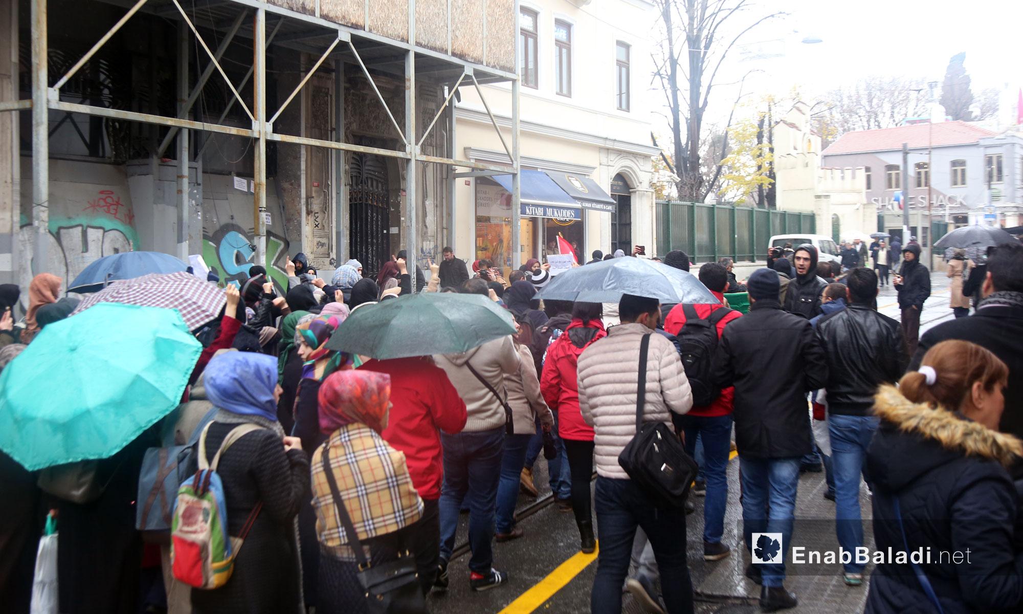 سوريون يتظاهرون أمام القنصلية الروسية في اسطنبول لنجدة حلب - 13 كانون الأول 2016 (عنب بلدي)