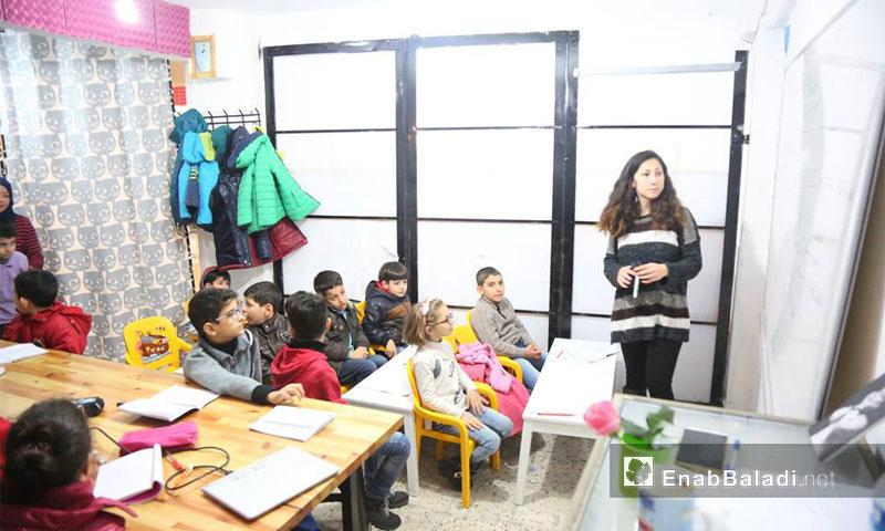 """صف تعليم اللغة التركية للأطفال في مركز """"Small Projects Istanbul"""" 29 تشرين الثاني 2016 - (عنب بلدي)"""