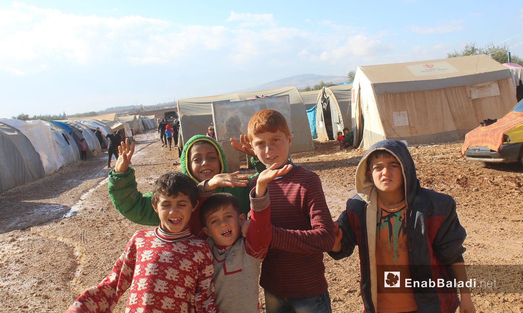 أطفال يلهون في مخيم بريف حلب الشمالي - 3 كانون الأول 2016 (عنب بلدي)
