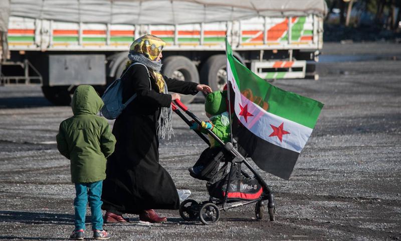 إحدى المتطوعات في قافلة افتحوا طريقًا إلى حلب_14 كانون الأول (ترك برس)