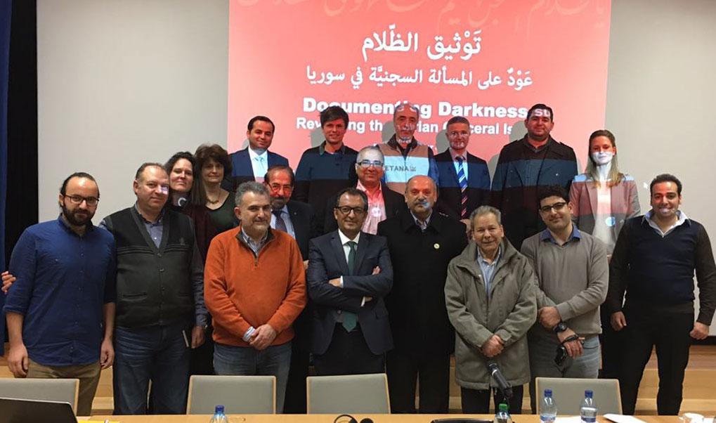 """جانب من المشاركين في مؤتمر """"توثيق الظلام"""" في سويسرا - 14 كانون الاول 2014 (عنب بلدي)"""