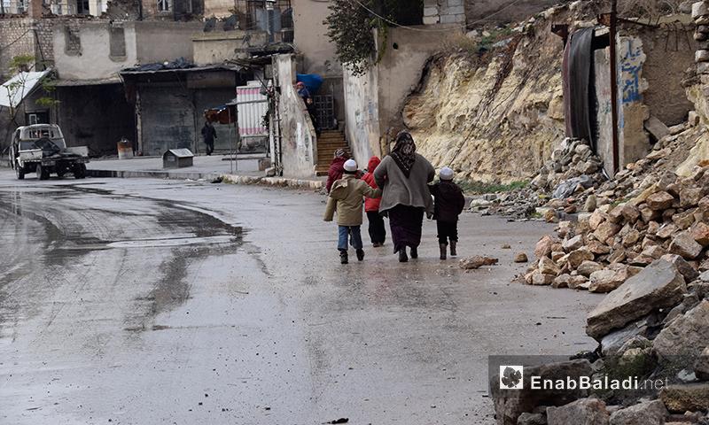 امرأة مع أطفالها في أحد أحياء حلب الشرقية- 2 كانون الأول 2016 عنب بلدي)
