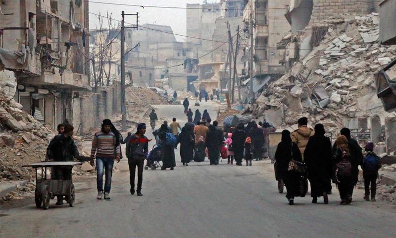 نزوح المدنيين من حي السكري في حلب الاثنين 12 كانون الأول (AFP)