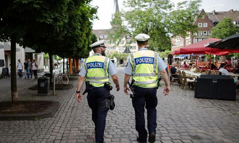 عناصر من الشرطة الألمانية_(انترنت)