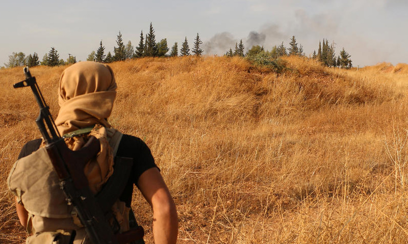 مقاتل من تنظيم الدولة الإسلامية في مدينة الرقة_(انترنت)