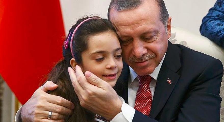 الرئيس التركي رجب طيب أردوغان يحتضن الطفلة الحلبية السورية بانا العبد- 21 كانون الأول 2016 (وكالة الأناضول)