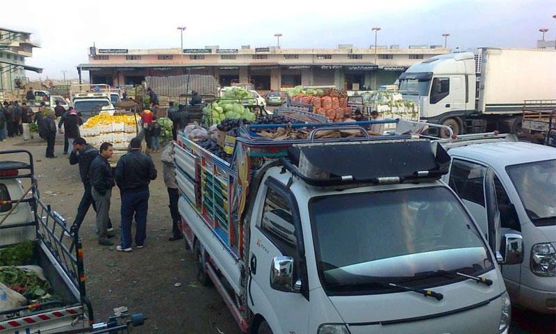 شاحنات في سوق الهال في مدينة طفس بدرعا (انترنت)