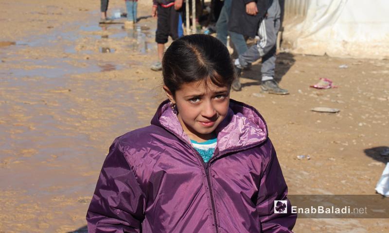 طفلة عراقية نزحت مع عائلتها من مدينة تلعفر إلى منطقة اعزاز شمال حلب- كانون الأول 2016 (عنب بلدي)