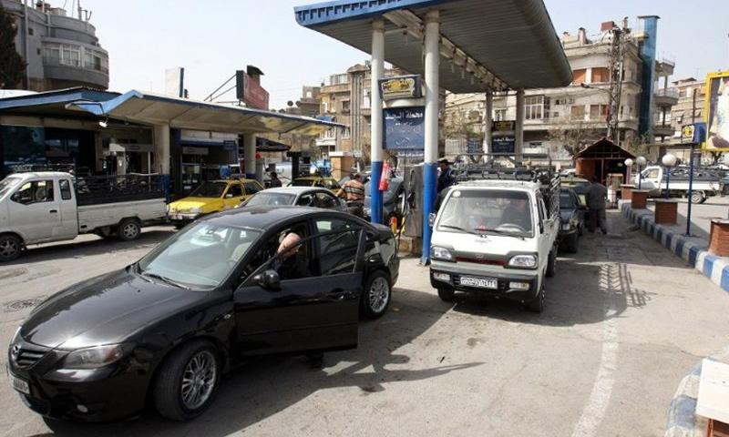 سيارات تقف في محطة بنزين في دمشق - 2012 (AFP)
