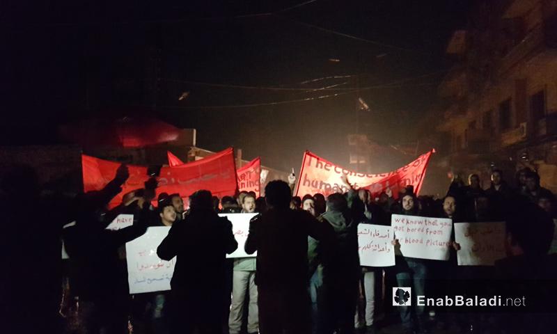 خروج عدد من المتظاهرين في مدينة إدلب نصرة لحلب وتدعوا لفك الحصار عنها_12 كانون الأول_(عنب بلدي)