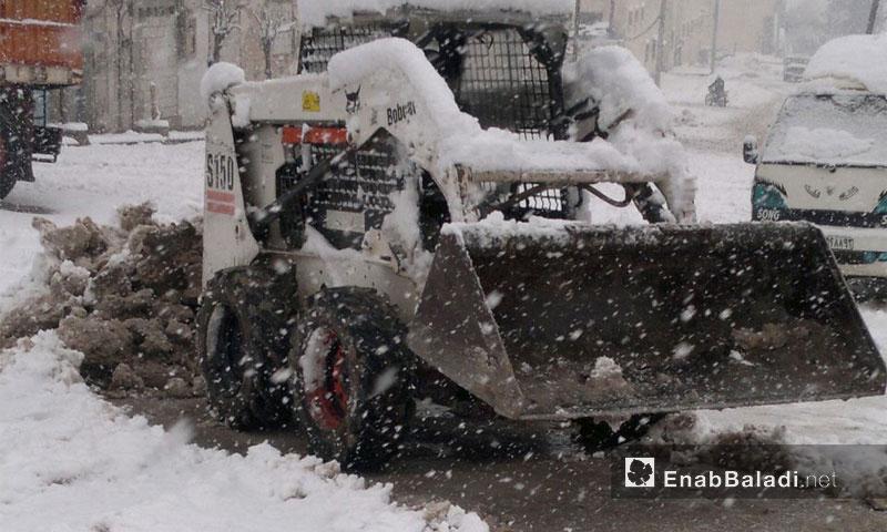 من أعمال بلدية مدينة إدلب في فتح الطرقات إثر تراكم الثلوج - 23 كانون الأول 2016 (عنب بلدي)