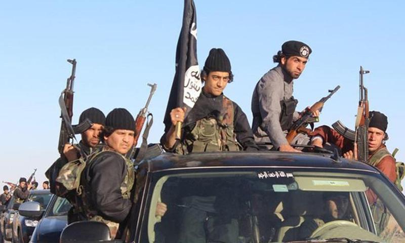 عناصر من تنظيم الدولة الإسلامية في مدينة الرقة_(انترنت)