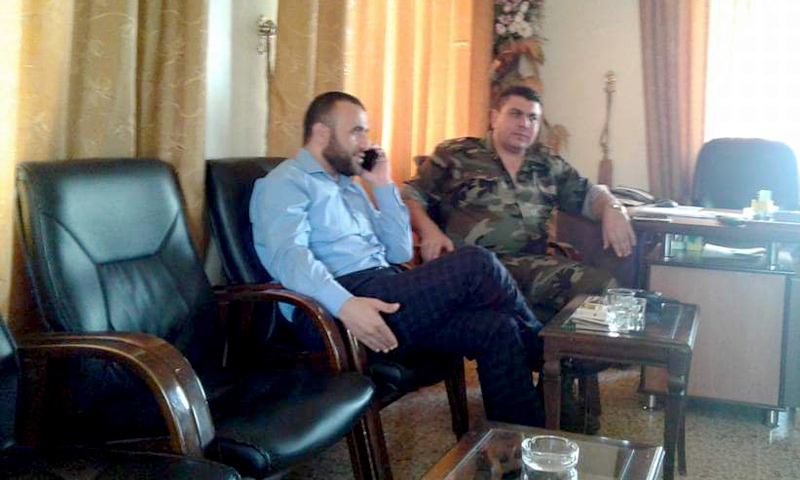عمر رحمون في اجتماع مع ضابط في قوات الأسد - أيلول 2016 (إنترنت)