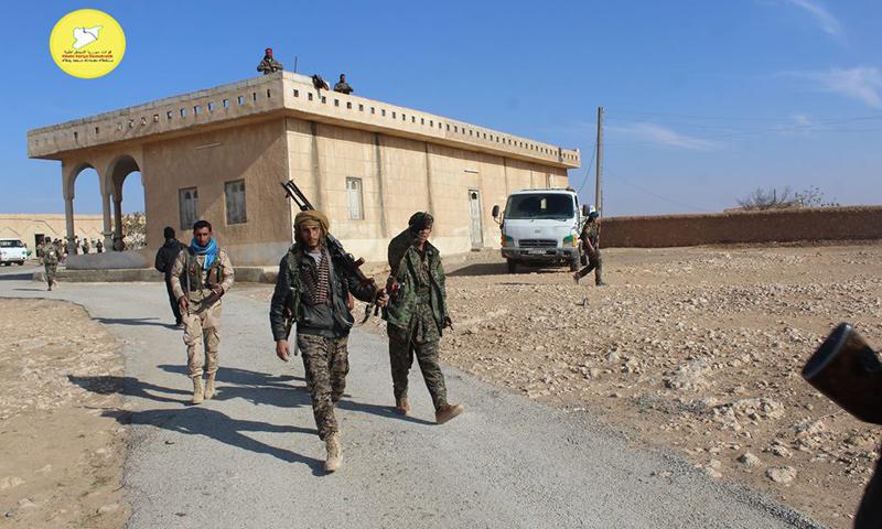 """مقاتلون من """"قسد"""" في ريف الرقة الغربي- الخميس 15 كانون الأول (فيس بوك)"""