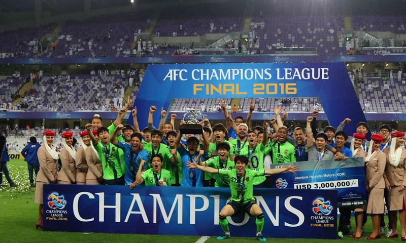 لحظ تتويج الفريق الكوري تشونبوك هيونداي موتورز، بطلاً لدوري أبطال آسيا لكرة القدم (ar.fifa.com)
