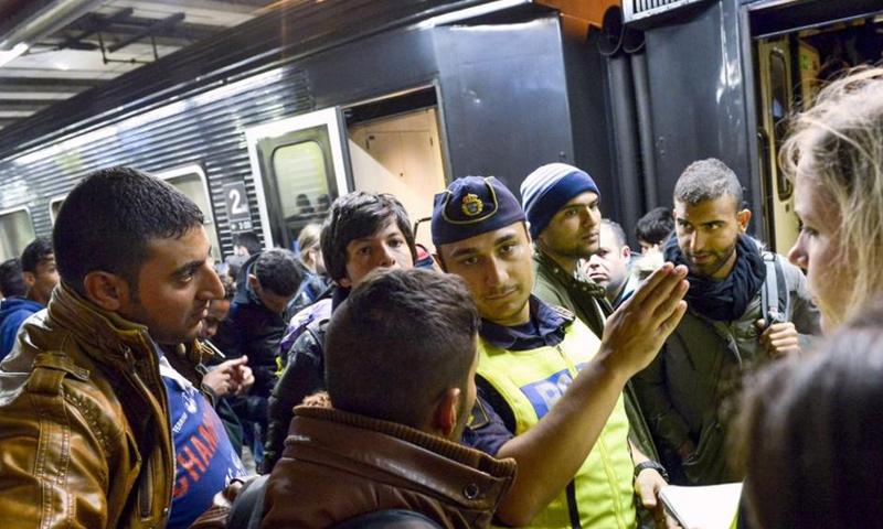 وصول لاجئين إلى ستوكهولم السويدية (إنترنت)