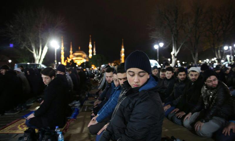 صلاة التهجد أمام مسجد آيا صوفيا في اسطنبول_3كانون الاول_(تويتر)