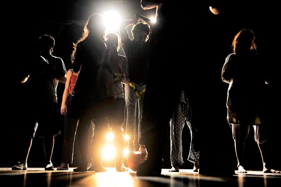 """مسرحية """"فوق الصفر"""" للفرقة المسرحية السورية """"كون""""،(فرقة كون المسرحية- فيس بوك"""""""