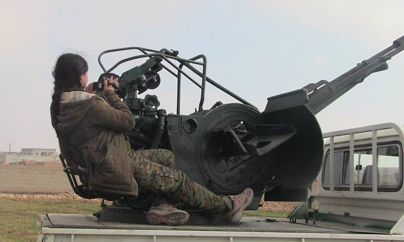 مقاتلة من قوات سوريا الديموقراطية في ريف الرقة الغربي_(فيس بوك)