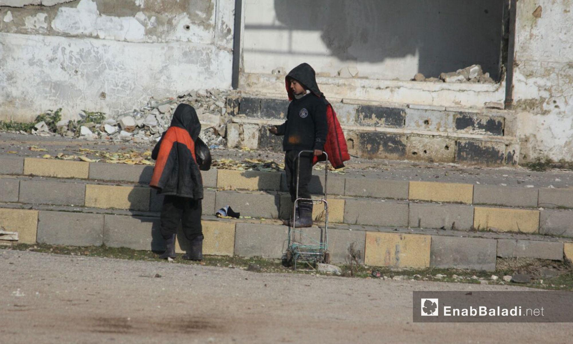 حركة الأهالي داخل حي الوعر المحاصر في حمص - 30 كانون الثاني 2017 (عنب بلدي)
