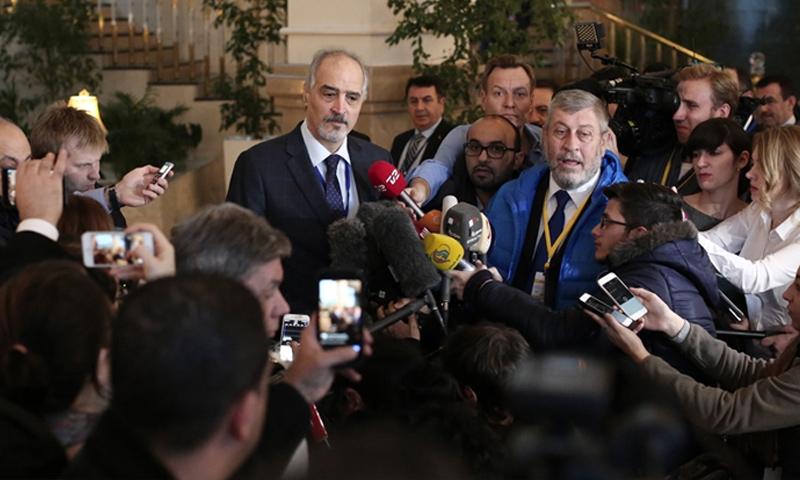 عساف عبود إلى يسار رئيس وفد النظام، بشار الجعفري، في مؤتمر صحفي في أستانة (وكالات)