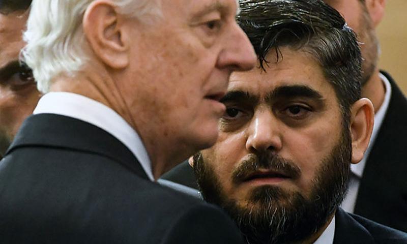 المبعوث الدولي إلى سوريا ستيفان ديميستورا ورئيس وفد المعارضة محمد علوش_23 كانون الثاني_(afp)