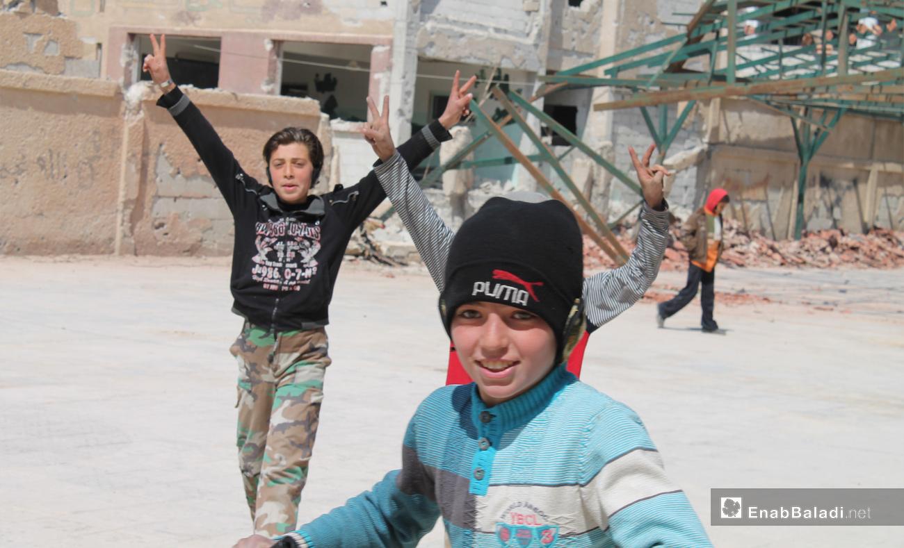 أطفال يلعبون في مدرسة ابتدائية مهدمة في مدينة دريا بريف دمشق شباط 2016 - (عنب بلدي)