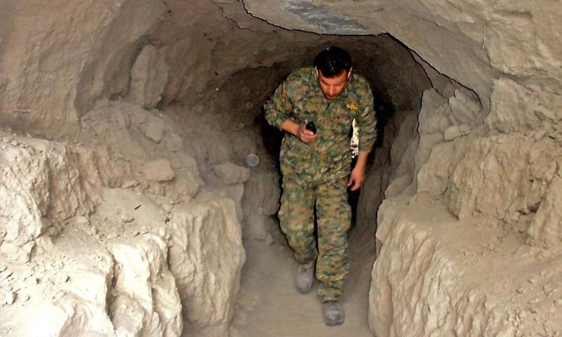 مقاتل في صفوف النظام السوري داخل نفق في دير الزور - تشرين الثاني 2016 (AFP)