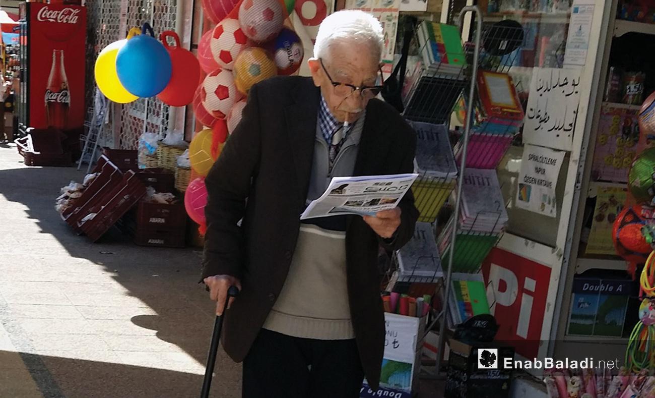عجوز سوري يقرأ جريدة عنب بلدي في مدينة مرسين التركية - 16 آذار 2015 (عنب بلدي)