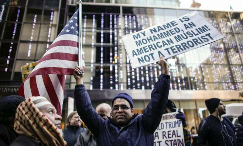 مواطن أمريكي اسمه محمد يتظاهر ضد قرار ترامب (تويتر)
