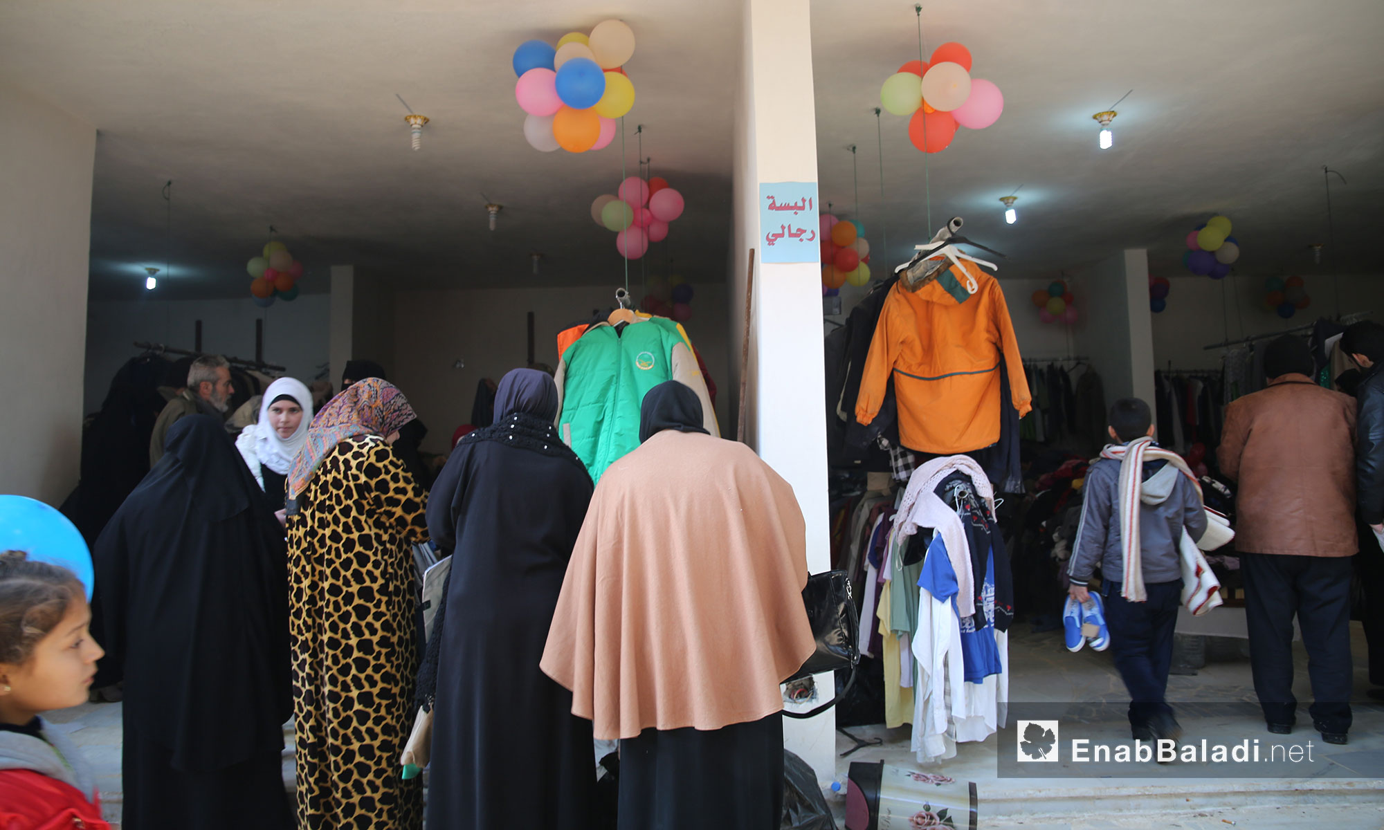 إقبال على التسوق في سوق الدانا الخيري بريف إدلب - 19 كانون الثاني 2017 (عنب بلدي)