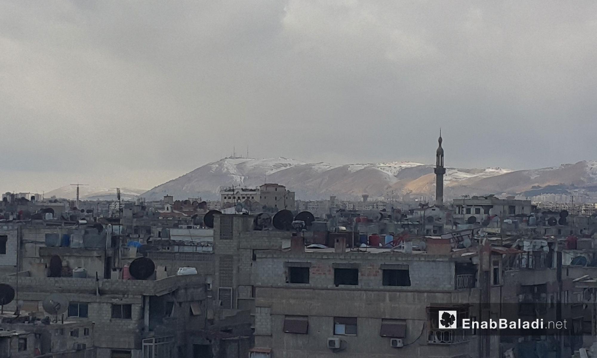 قمة جبل قاسيون  المحيط بالعاصمة دمشق تكسوها الثلوج - 28 كانون الثاني 2017 (عنب بلدي)