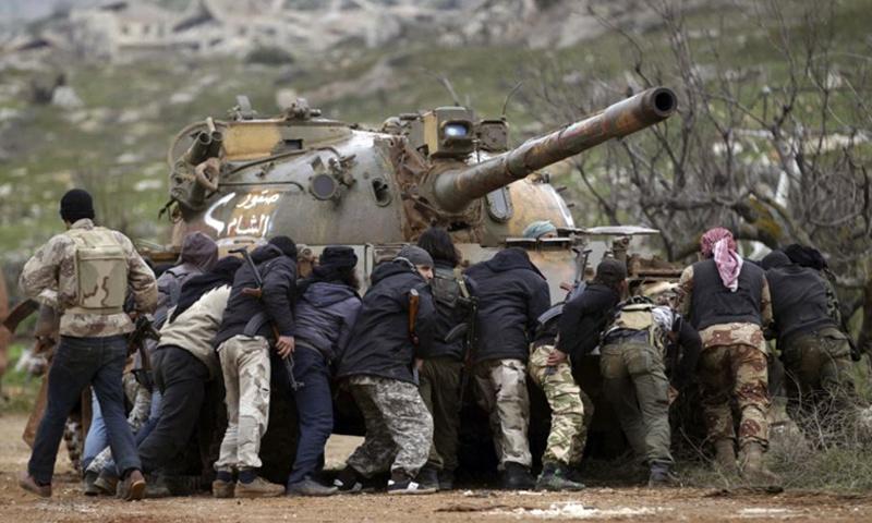 """مقاتلون في فصيل """"صقور الشام"""" شمال حلب (رويترز)"""