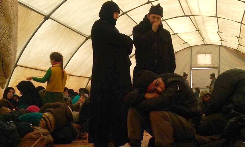 معسكر تجمع فيه الجندرمة التركية اللاجئين الذين ألقت القبض عليهم على الحدود السورية - 30 كانون الأول 2016 (عنب بلدي)