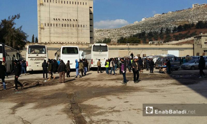 وصول جرحى ومقاتلي وادي بردى إلى قلعة المضيق بريف حماة_30 كانون الثاني_(عنب بلدي)