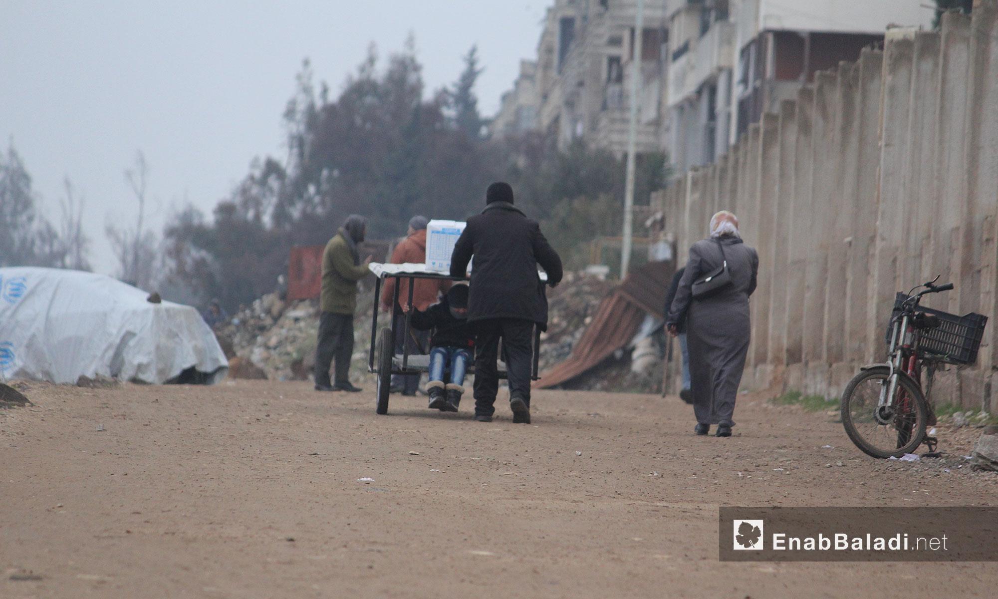 سكان حي الوعر يتوجهون لعملهم صباحًا - 21 كانون الثاني 2017 (عنب بلدي)