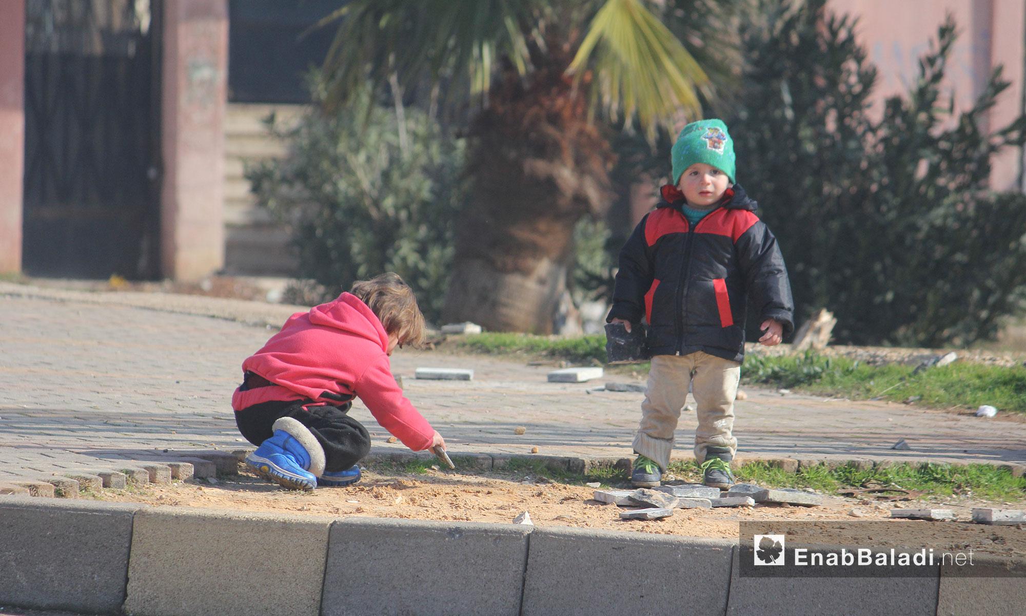 طفلان يلعبان في حي الوعر بمدينة حمص - 21 كانون الثاني 2017 (عنب بلدي)
