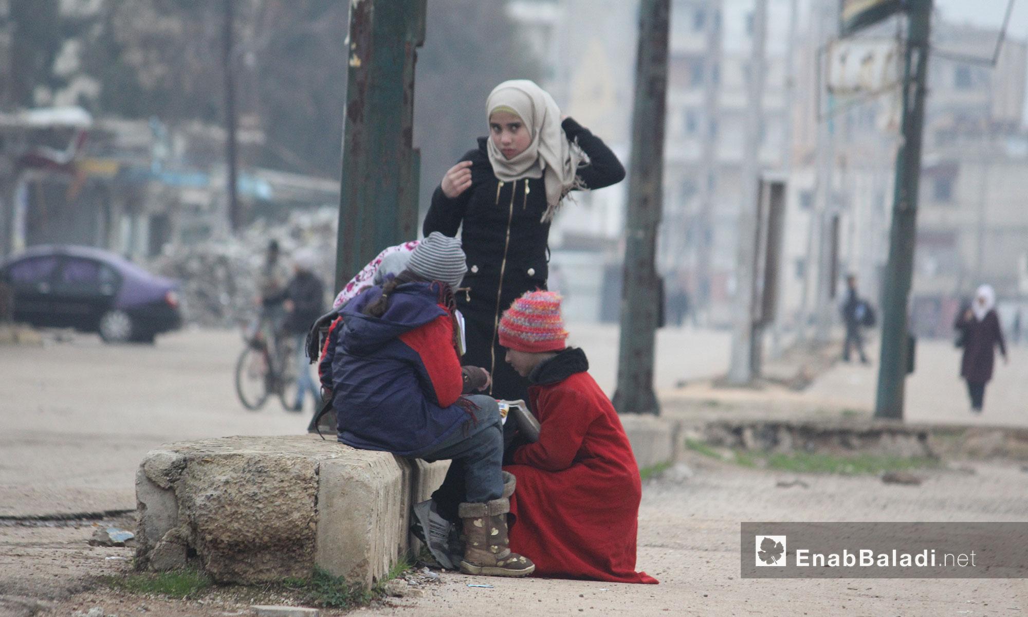 أطفال يتبادلون الحديث في حي الوعر بمدينة حمص - 21 كانون الثاني 2017 (عنب بلدي)