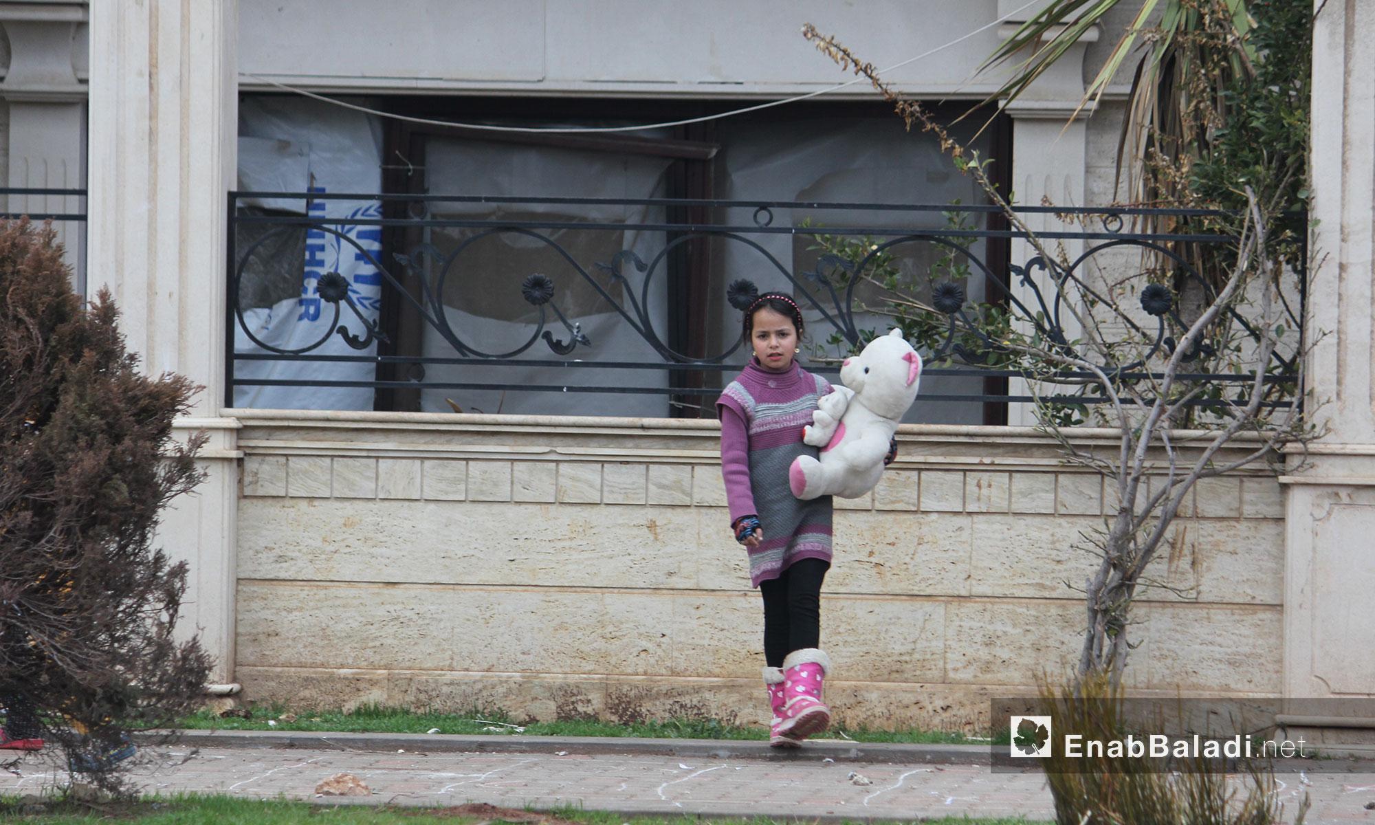 طفلة مع لعبتها خرجت تلعب قي حي الوعر بمدينة حمص - 21 كانون الثاني 2017 (عنب بلدي)