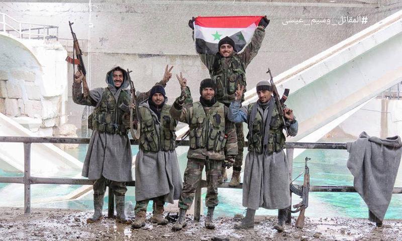 """مقاتلو النظام السوري يرتدون """"بطانيات"""" المساعدات للتدفئة خلال السيطرة على عين الفيجة - 28 كانون الثاني 2017 (إنترنت)"""