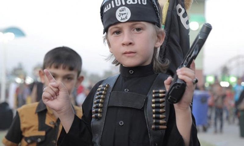 طفل من أشبال الخلافة في مدينة الرقة_(انترنت)